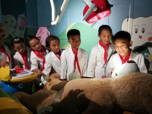 边疆少数民族小学生看上海 开启健牙探索之旅