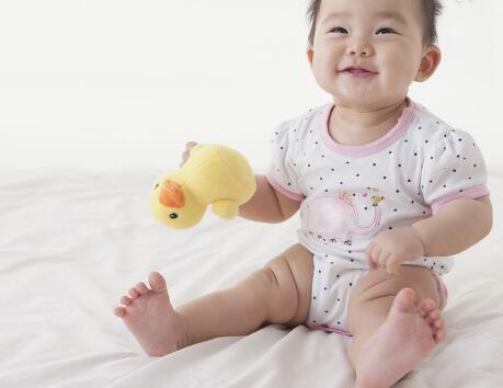 婴儿在妈妈肚子里是呈螃蟹形的,出生以后双腿分开,膝盖部呈弯曲状